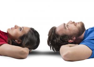 Pareja meditando